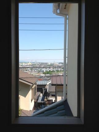 階段の嵌殺しの窓